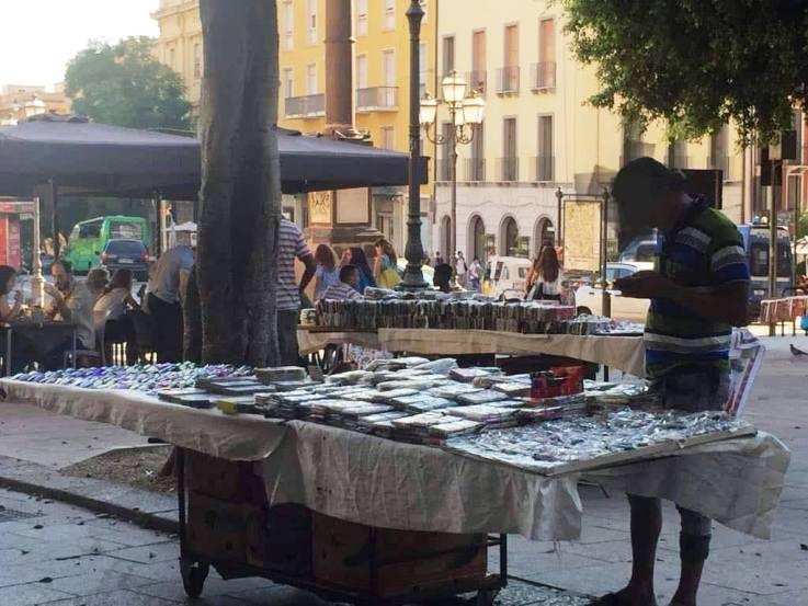 CAGLIARI, Multa per cinque ambulanti abusivi in piazza Yenne