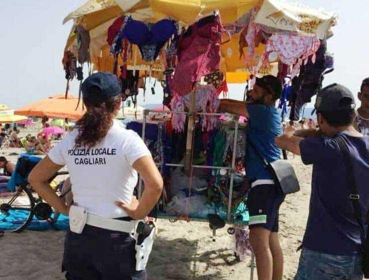 CAGLIARI, Controlli al Poetto: sanzionati due venditori ambulanti senza licenza