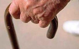 Un piccolo gesto cortese apre uno scorcio sulla solitudine degli anziani (Lore Ferretti)