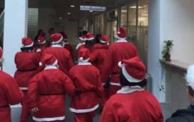 OLBIA, Dalla Casa famiglia e dal Centro salute mentale invadono le corsie dell'ospedale vestiti da Babbo Natale