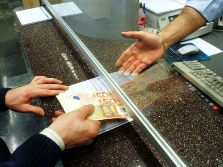 BUDONI, Banca paga per errore 1.000 euro in più nello stipendio di un operaio che lo incassa: denunciato per appropriazione indebita