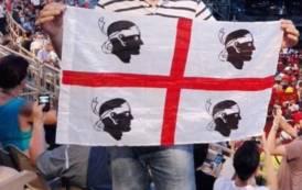La bandiera dei 4 mori orgogliosa di sventolare in giro per il Mondo rivendica l'unità di un popolo (Biancamaria Balata)