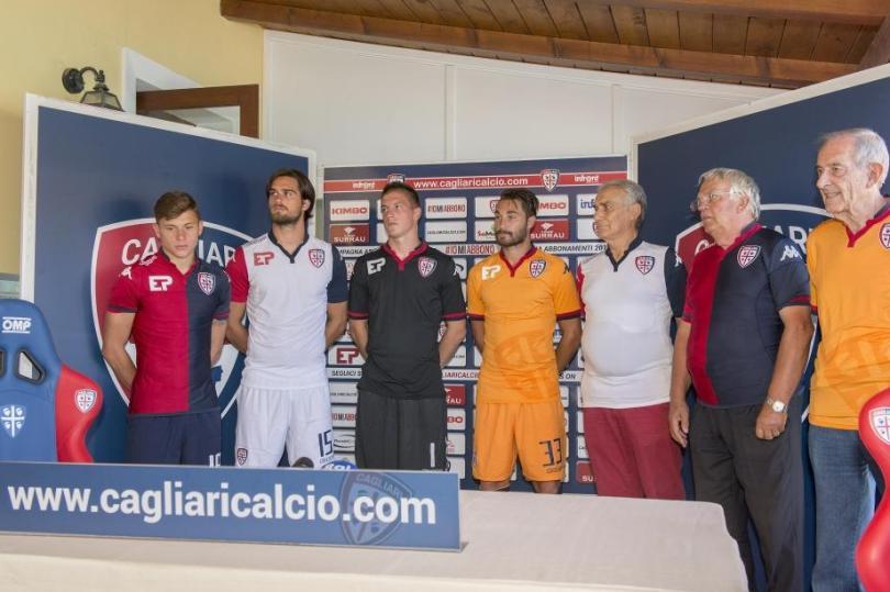 CALCIO, Le nuove maglie del Cagliari per la prossima stagione. Stasera al Sant'Elia amichevole col Real Zaragoza