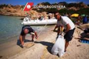 LA MADDALENA,Guardia costiera e volontari Protezione civile rimuovono materiale gommoso spiaggiato a Caprera