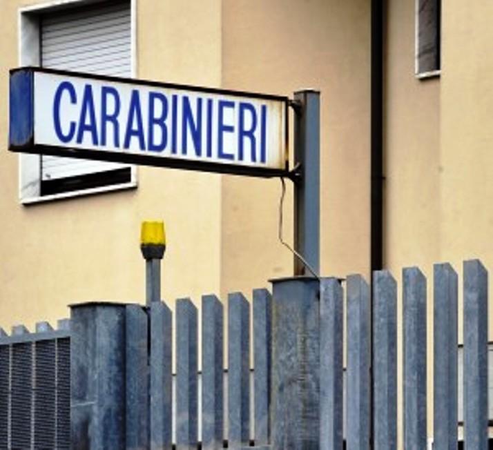 SINISCOLA, Senza patente e con assicurazione scaduta parcheggia davanti alla caserma ostruendo il passaggio dei Carabinieri: denunciato