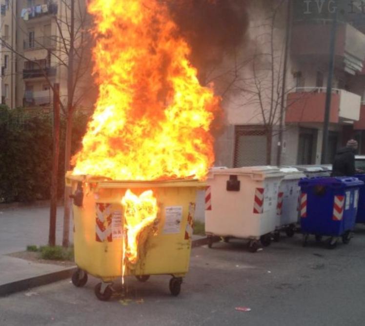 CAGLIARI, Arrestato un piromane che incendiava cassonetti, è un disabile in sedia a rotelle