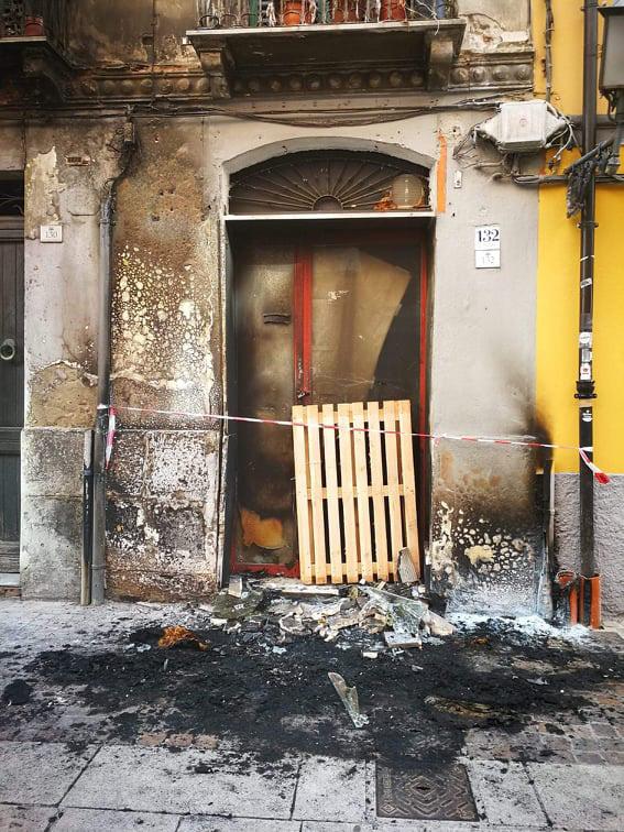 ISTANTANEA, Maleducazione e inciviltà nel centro storico di Cagliari: bruciati due materassi nel Corso