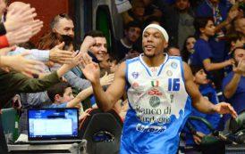 PALLACANESTRO, Tripla sulla sirena di Akognon piega Milano: 83-80. Sabato playoff contro Reggio Emilia