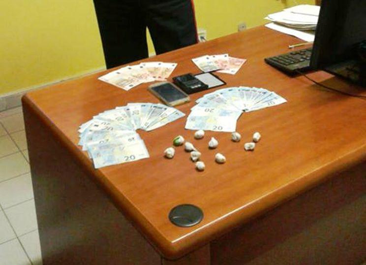 ASSEMINI, Fermato con centinaia di euro e dosi di marijuana: arrestato spacciatore minorenne