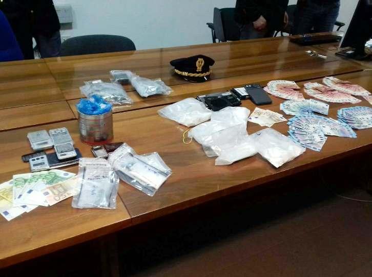 Tony Montana di Scarface sulle confezioni della cocaina dei narcos napoletani