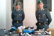 CAGLIARI, Sequestrate oltre 2.000 paia di calzature contraffatte: denunciato un commerciante cinese