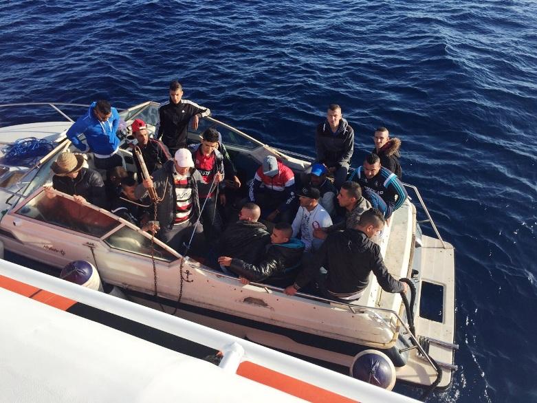 CAGLIARI, Recuperati dalla Guardia costiera 20 immigrati su una barca alla deriva