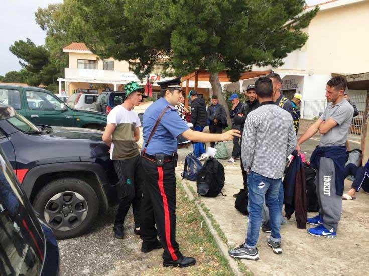 SANT'ANNA ARRESI, Nella spiaggia di Porto Pino sbarcano 11 clandestini, tra loro anche una donna