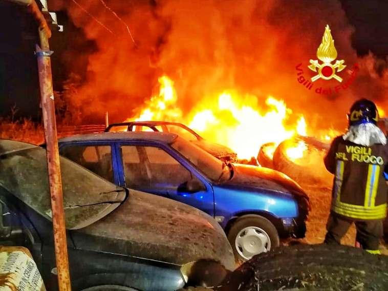 VILLACIDRO, Incendio di pneumatici nella 196: coinvolte alcune auto