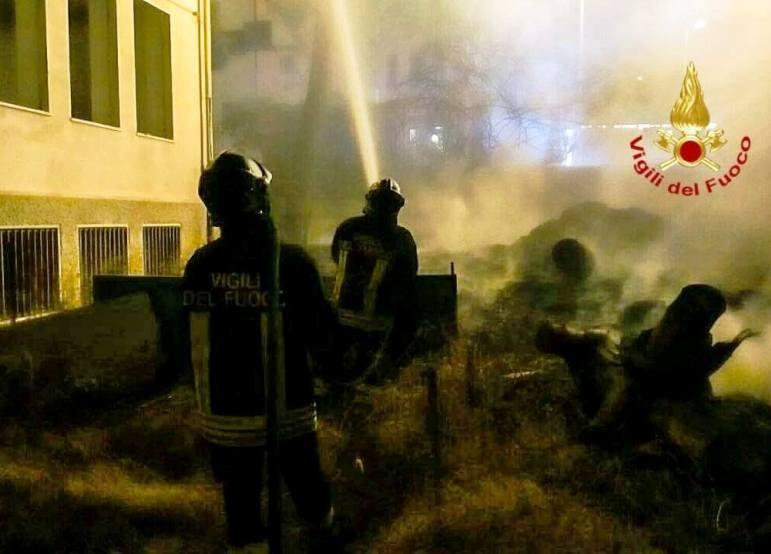 CAGLIARI, Incendio nella scuola di via Flumentepido: evacuati senzatetto che la occupano (VIDEO e IMMAGINI)