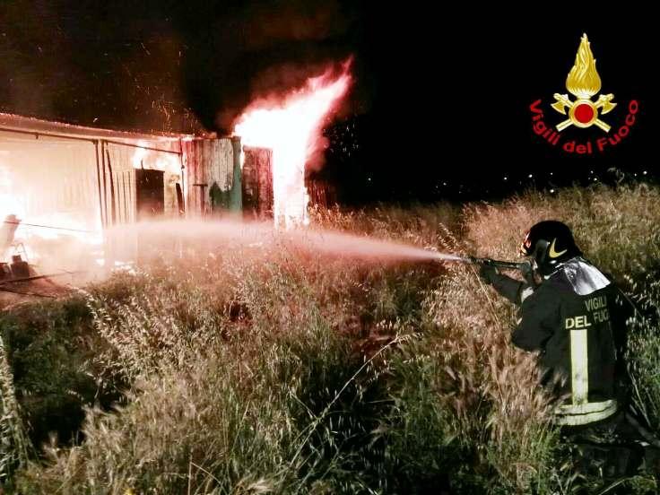 CAPOTERRA, In fiamme due depositi di materiale edile