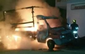 CAPOTERRA, Furgone distrutto da un incendio (VIDEO)