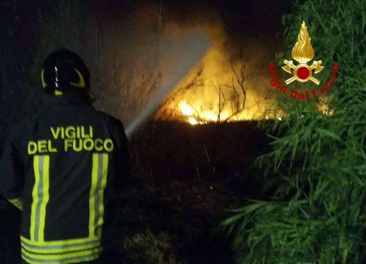 SAN VITO, Incendio a San Priamo che ha minacciato le abitazioni (IMMAGINI)