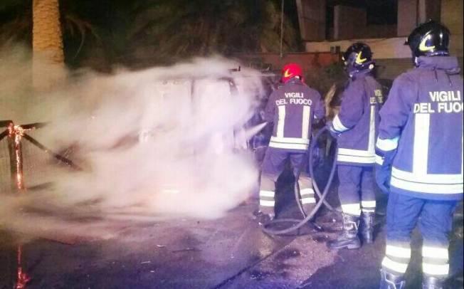 CAGLIARI, A Sant'Elia in fiamme furgone ed auto dell'ex calciatore Vistosu