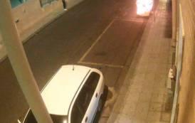 CAGLIARI, Danneggia lastra di marmo e dà fuoco a cassonetto in via San Lucifero: arrestato pregiudicato 43enne