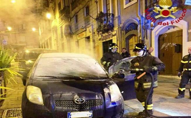 CAGLIARI, In fiamme un'auto in via Torino: probabile origine dolosa (VIDEO)
