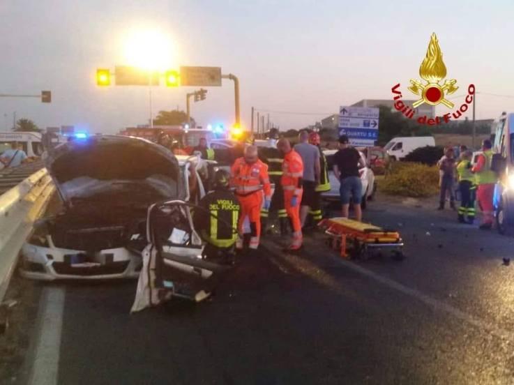 QUARTU SANT'ELENA, Incidente nella Statale 554 con cinque auto coinvolte: due feriti gravi in ospedale (IMMAGINI)