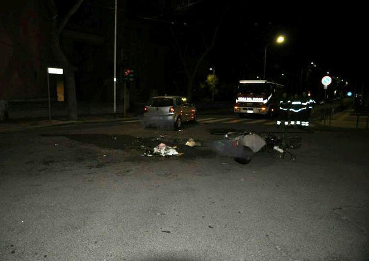 Cagliari, tragico frontale nella notte fra auto e scooter: morto un quarantasettenne