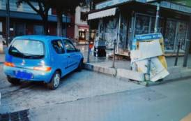 CAGLIARI, Si schianta con l'auto in piazza Repubblica: ragazza positiva ad alcoltest, ritirata patente