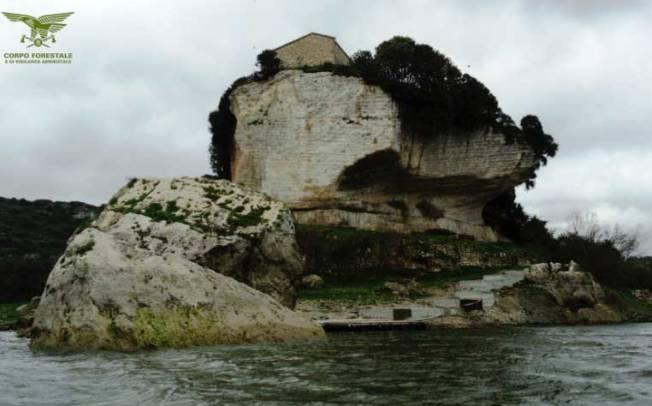 AMBIENTE, Sequestrata opera in calcestruzzo sull'isolotto di San Sebastiano nel Lago Is Barrocus