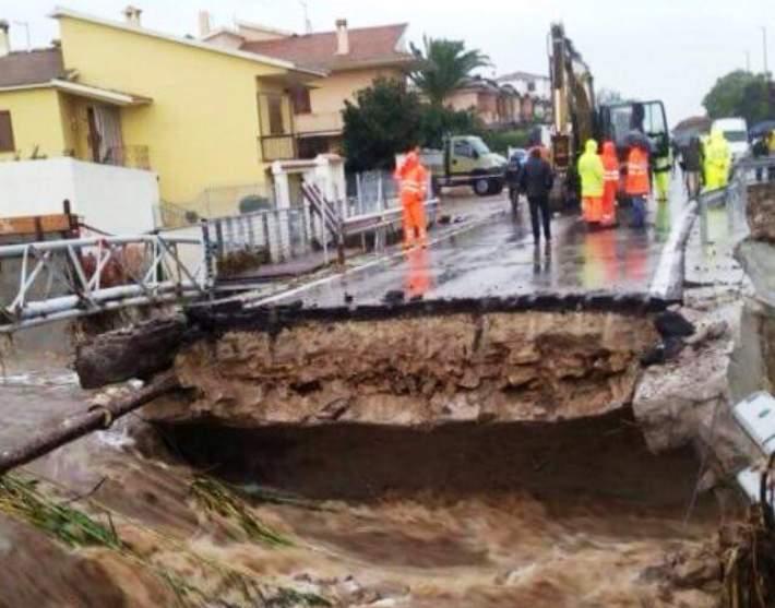 """MALTEMPO, Pigliaru: """"Rischi generati da decenni di speculazione edilizia"""". Ministro Galletti: """"22 milioni per demolire edifici abusivi"""""""