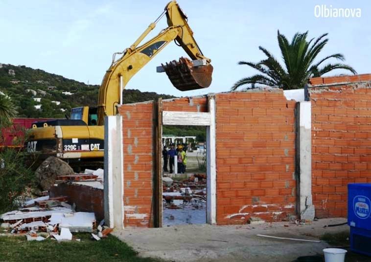 OLBIA, Il Comune fa demolire definitivamente il ristorante di Orecchioni nella spiaggia di Marinella (VIDEO)