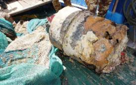 CAGLIARI, Palombari della Marina Militare neutralizzano ordigno esplosivo impigliato nelle reti da pesca (VIDEO/IMMAGINI)