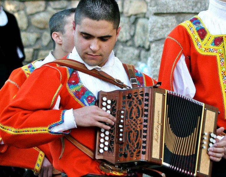 MUSICA, L'esempio di Paride Peddio, giovane talento desulese dell'organetto: dalla prima esibizione a Nuoro ad Expo 2015