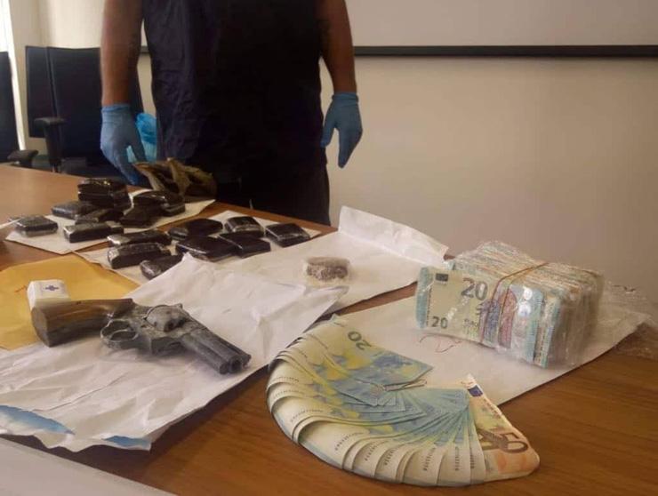 ELMAS, Piantagione di marijuana in casa, sequestro di droga, soldi falsi e pistola: arrestato disoccupato 31enne