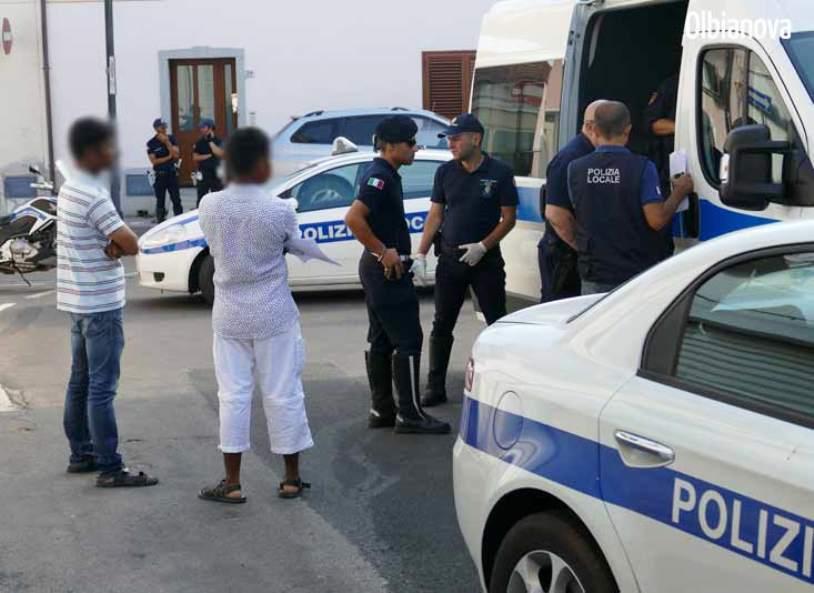 OLBIA, Blitz della Polizia locale: in 24 dentro un appartamento di 38 mq. Sei sono risultati senza permesso di soggiorno
