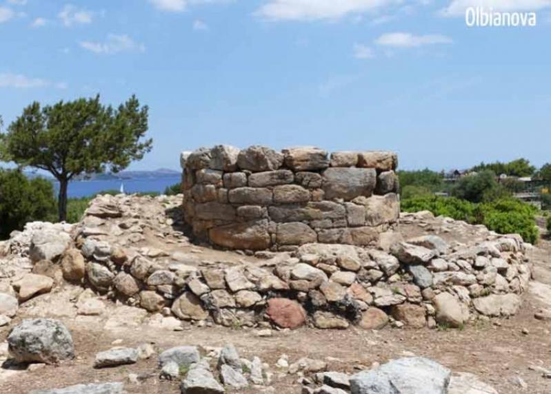 """PORTO ROTONDO, Gli archeologi rivelano: """"Non è un nuraghe ma una torre di segnalazione"""""""
