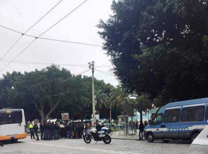 """CAGLIARI, Immigrati protestano in via Roma. Deidda: """"Nuova tratta umana"""". Orrù: """"Rimpatriamoli"""". Agati: """"Situazione al limite"""""""