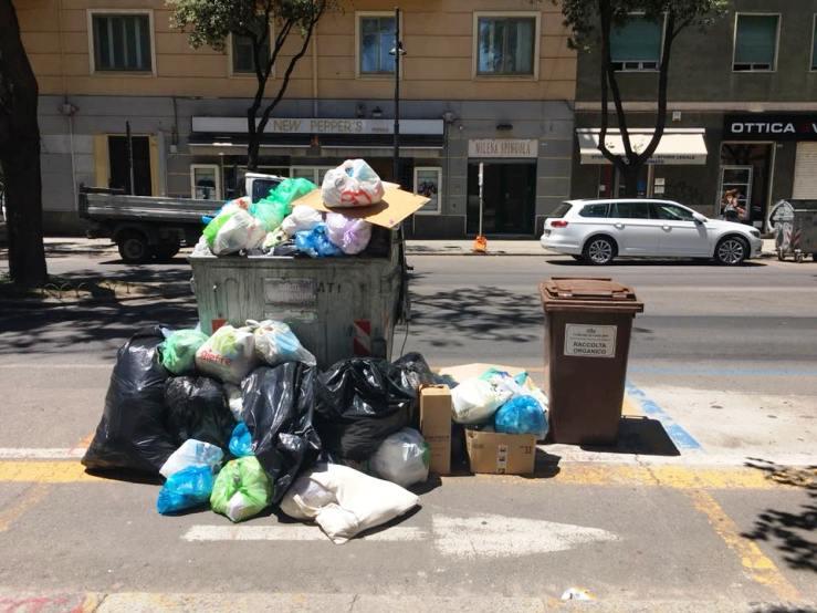 A Cagliari in via Dante la raccolta dei rifiuti 'sfugge di mano' al Comune (Un Cittadino)