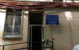 CAGLIARI, Situazione pericolosa nell'ospedale Santissima Trinità: cavi elettrici a penzoloni sugli alberi