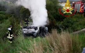 SARROCH, Auto fuori strada prende fuoco: nessuna traccia dell'autista e di eventuali passeggeri