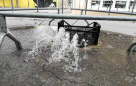 ISTANTANEA, Fantasia ad Uta: un tombino intasato diventa una fontana (VIDEO)