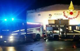 ASSEMINI, Incendio doloso nel capannone di un'azienda: un furgone distrutto, cinque danneggiati