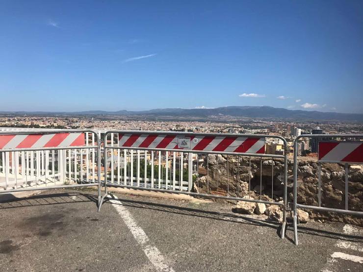 ISTANTANEA, Transenne in via Belvedere a Cagliari da oltre 4 anni: vista panoramica pericolosa