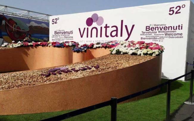 """SARDEGNA, Al Vinitaly """"Carignano"""" e """"Is Crapitas"""": vino e scarpe, due facce del made in Sardinia"""