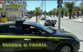Il VIDEO del sequestro dei gadget del Giro d'Italia ad Alghero