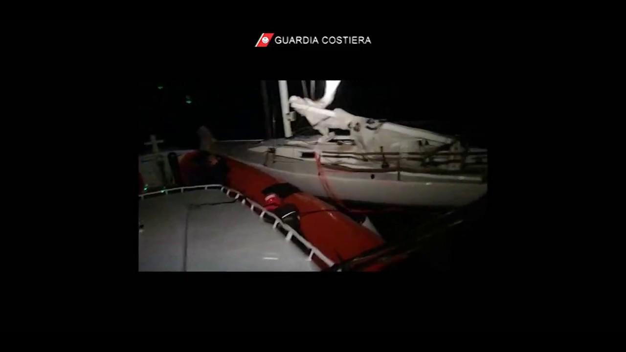 SARDEGNA, Barca a vela in balia del maltempo ad est della Corsica: marito e moglie salvati dalla Guardia costiera (VIDEO)