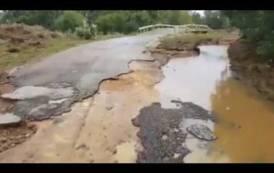 """UTA, La denuncia di un cittadino: """"Ha ceduto un pilastro principale del ponte sul rio Coccodi, sta per crollare"""" (VIDEO)"""