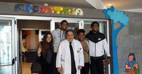 SOLIDARIETA', Delegazione della Dinamo Sassari in visita all'Ospedale Brotzu