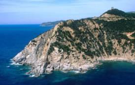 VILLASIMIUS, Cade in mare dalla barca a Capo Boi e si aggrappa ad uno scoglio: pescatore sportivo salvato dalla Guardia Costiera