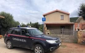 SANT'ANNA ARRESI, Prende a calci e pugni la porta di casa dell'ex: arrestata 34enne di Santadi